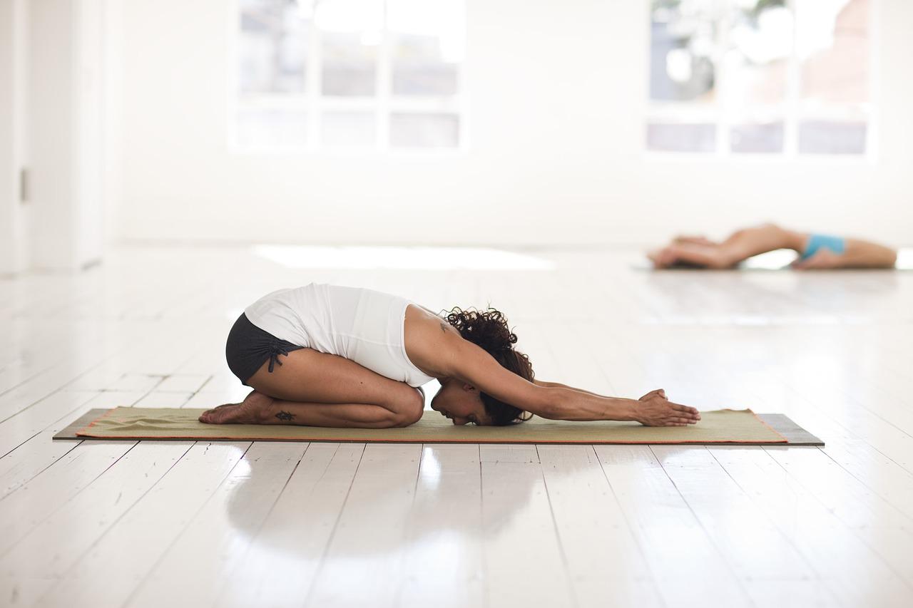praticare yoga per aumentare il seno