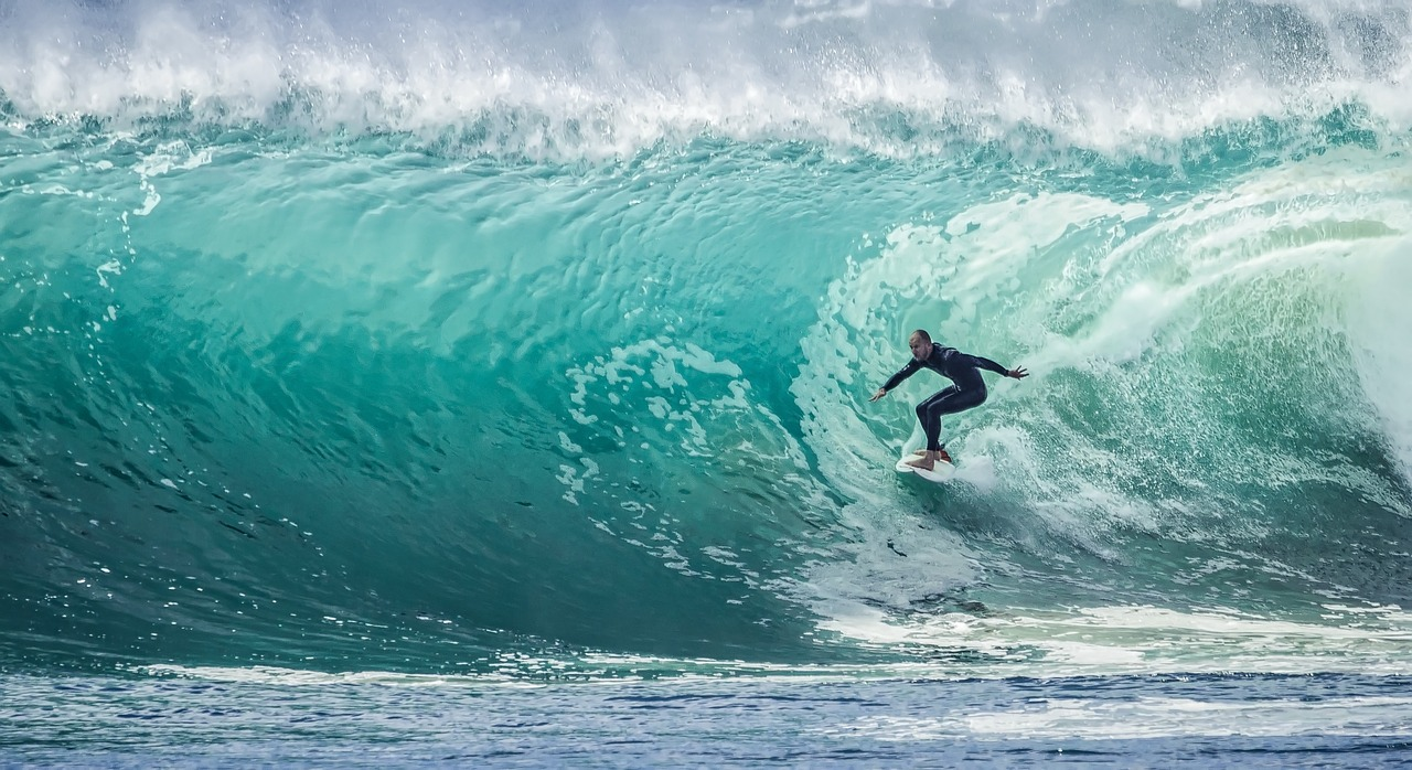 ragazzo che fa surf sport olimpico